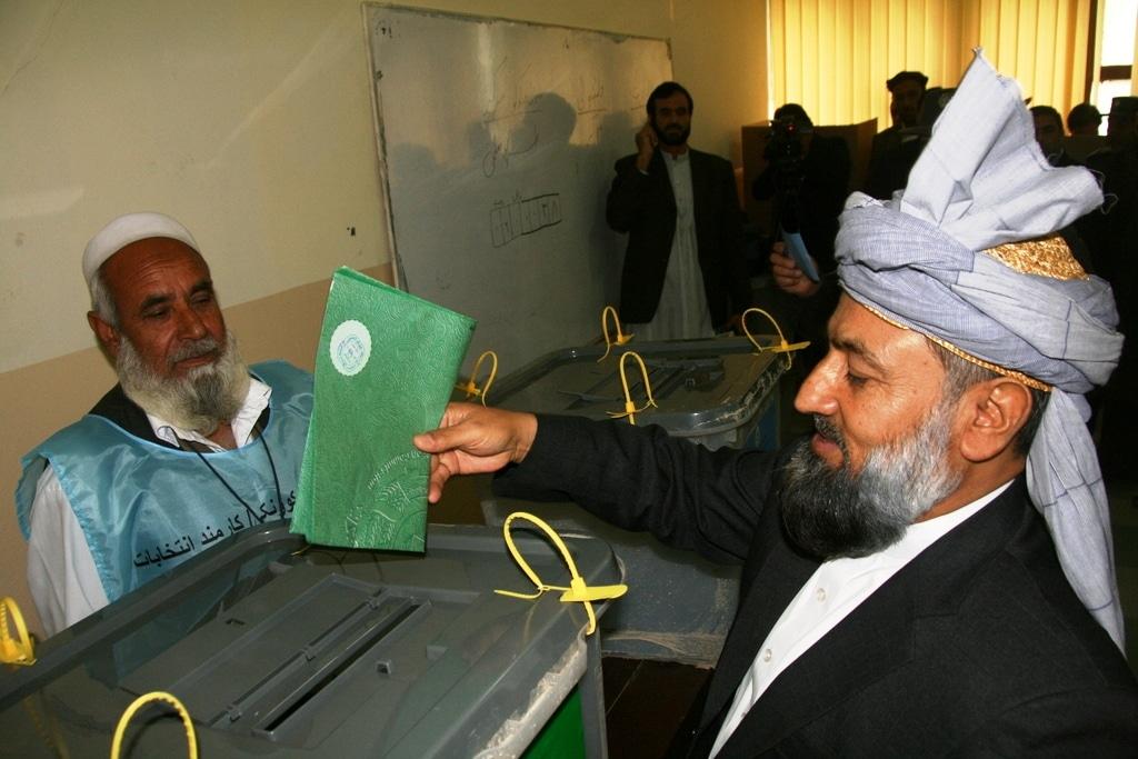 Il governatore di Nagarhar, Ludin, al voto, foto di G. Battiston
