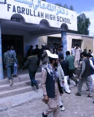 visita dello staff elettorale di Ghani  a un seggio fuori Jalalabad