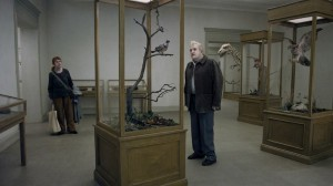 """""""Un piccione seduto su di un  ramo riflette sull'esistenza"""" di Roy Andersson  (Svezia, 2014)."""