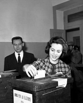 Elezioni: Jula De Palma mentre vota