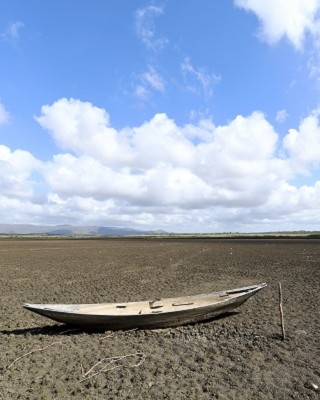 A boat is seen at the dry Cedro reservoir in Quixada, Ceara State, on February 8, 2017.  The situation of Brazil's oldest reservoir sumps up the devastiting effects -human and environmental- of the worst drought of the century in the northeast of the country.   / AFP PHOTO / EVARISTO SA / TO GO WITH AFP STORY BY CAROLA SOLE