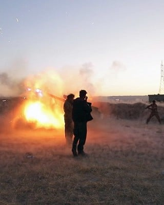 Peshmerga fighters fire an from their position near the Altun Kubri checkpoint, 40kms from Kirkuk, on October 20, 2017. Iraqi forces clashed with Kurdish fighters as the central government said it wrestled back control of the last area of disputed Kirkuk province in the latest stage of a lightning operation following a controversial independence vote. / AFP PHOTO / Marc-Antoine Pelaez