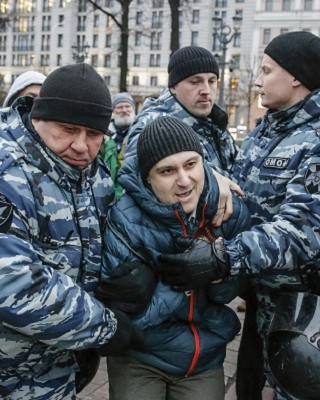 """Russian police detain an opposition activist during a protest rally in central Moscow on November 5, 2017. Russian police said they detained 263 activists gathering in central Moscow for an unauthorised protest against President Vladimir Putin called by a radical opposition activist. Opposition politician Vyacheslav Maltsev had appealed on his website for his supporters to hold protests across the country, calling for a """"people's Revolution"""" and an immediate end to Putin's rule.  / AFP PHOTO / Maxim ZMEYEV"""